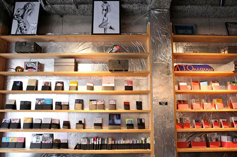 当初は2000冊を予定していたが「きちんと接客できるように400冊に絞った」という蔵書には、色別の帯がまかれている。