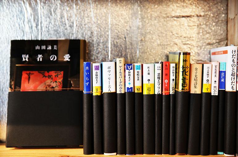 「黒」の帯は闇や混沌をイメージした本を。