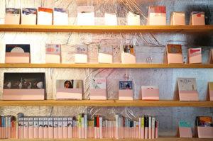 ピンクの棚にはファンタジーや官能など。会話の糸口にしてもらえたらと、同じ本が黒に並んでいることも。