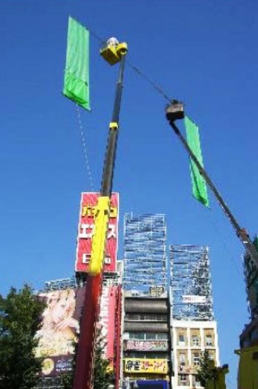 施工途中のビジョン設置位置確認のためのクレ―ン作業