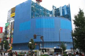 建設中ユニカビル、ビジョンの設置位置を仮決めしたところ。