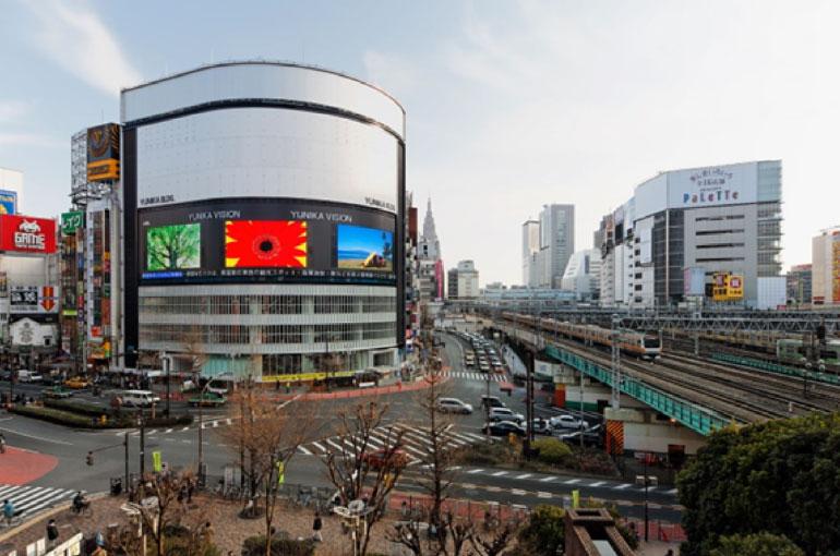 建設竣工時のユニカビル。西武新宿PePeより臨む。