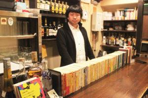 日本一敷居の低い文壇バー「月に吠える」のカウンターは書棚?
