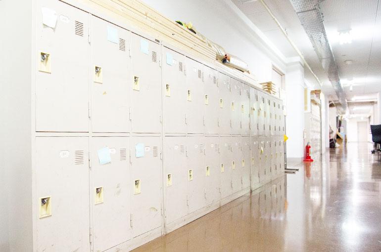 事務所スペース。かつての学校の廊下の雰囲気が残る