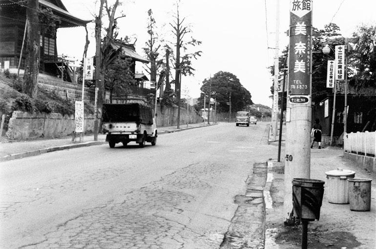 昭和40年頃、現十二社通り。左が熊野神社。