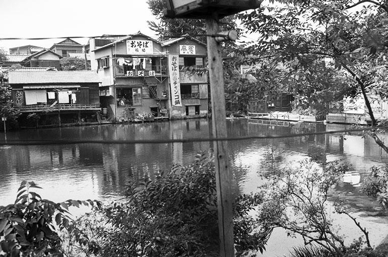 昭和42年、埋め立てられる直前の弁天池の様子