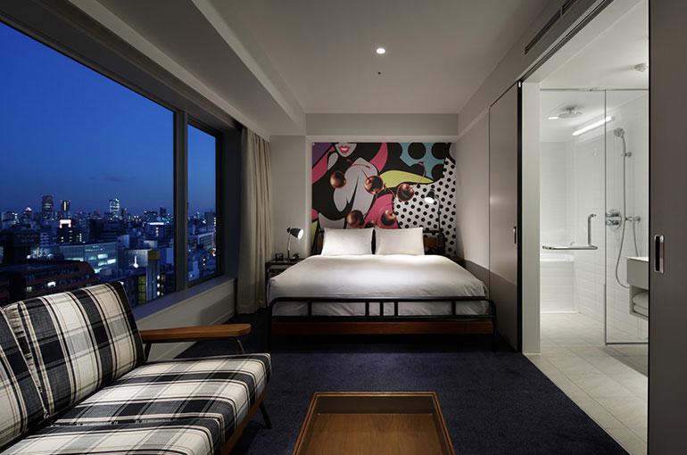 RYOONOがデザインした空間にはポップなグラフィックとヴィンテージ感のある家具が