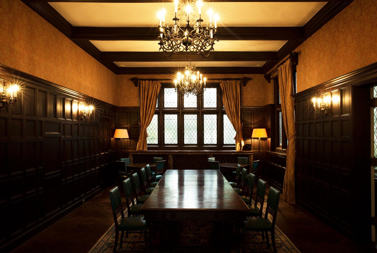 当時使われていた家具として唯一残るサロンの大テーブル