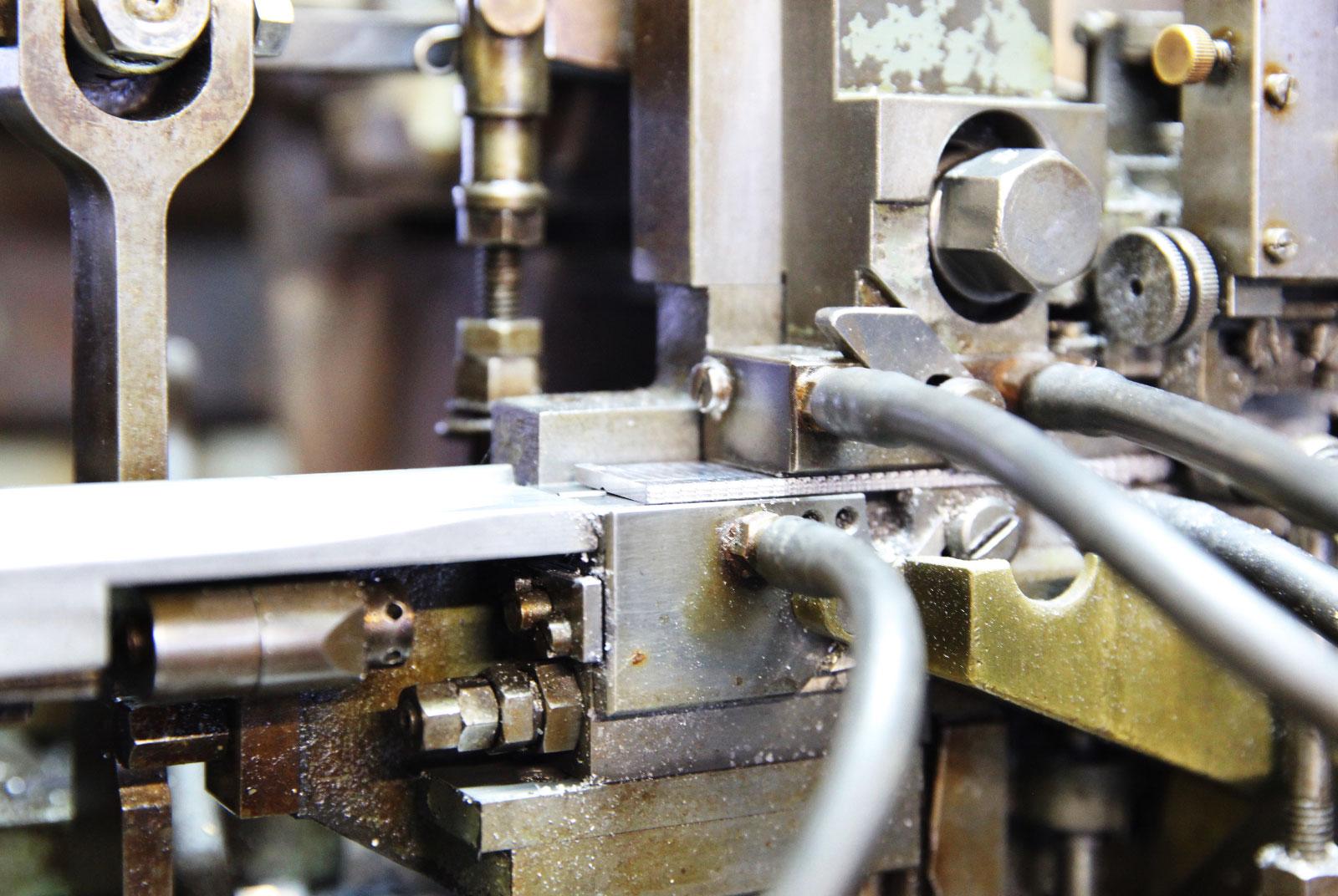 昭和30年代の鋳造機。次々鋳造された活字が流れてくる