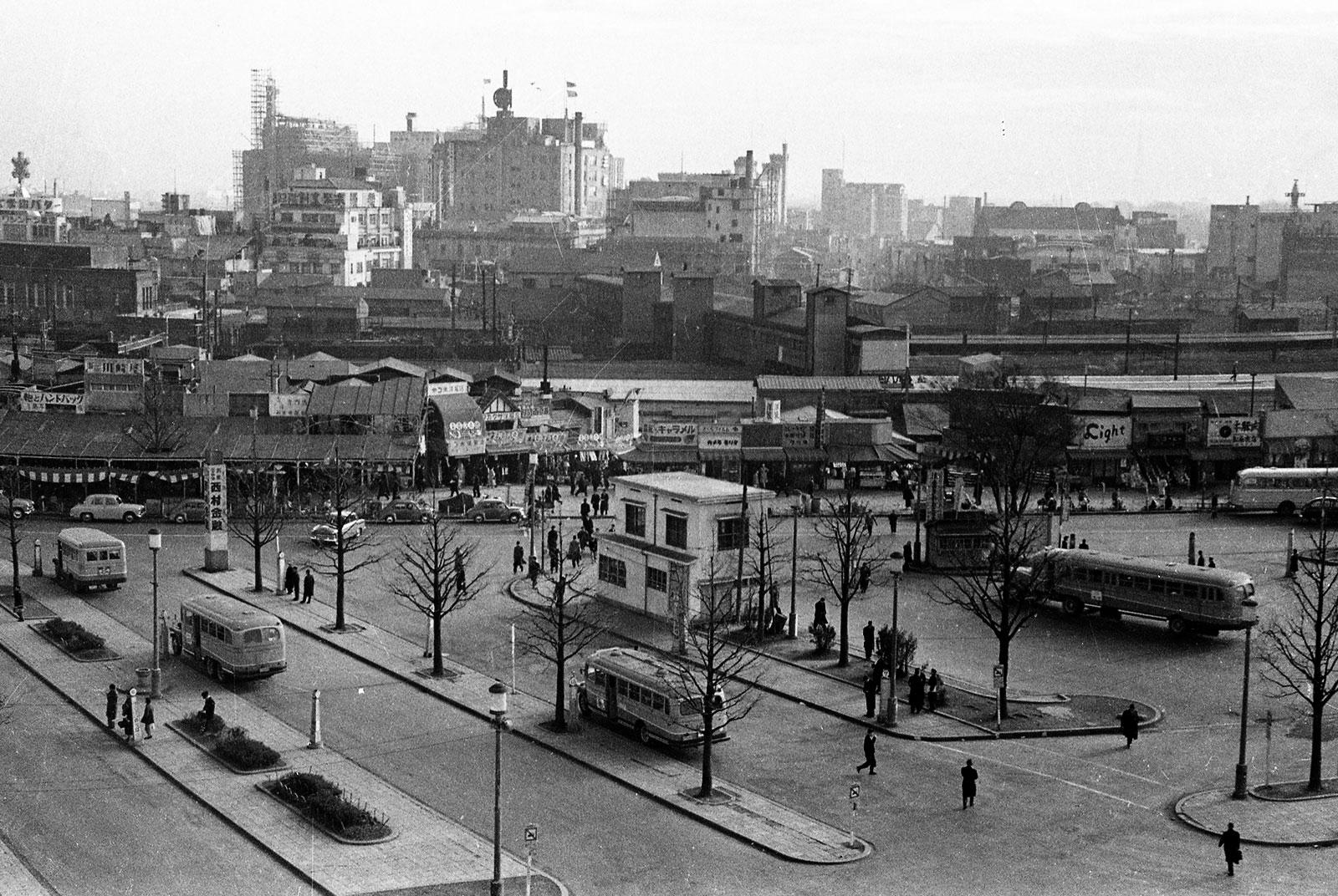 昭和30年頃。東富士ビル(のちに新宿スバルビル)から見渡した西口広場の様子。