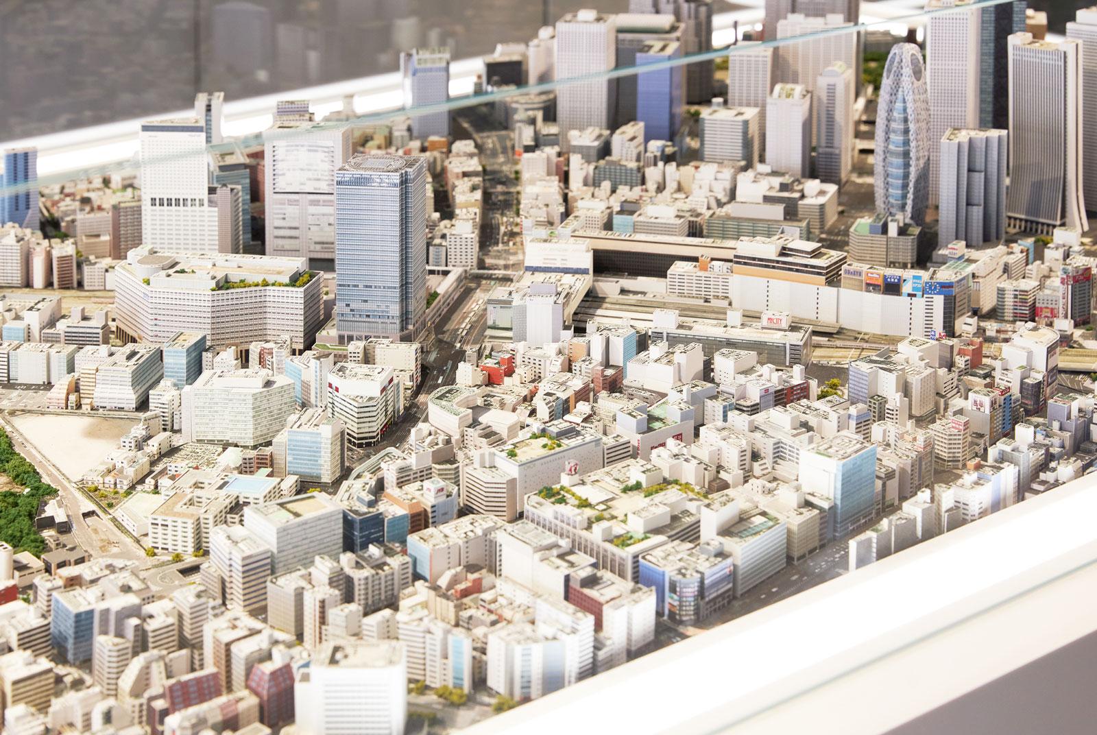 写真ジオラマ「新宿写真」。「店まで歩きながら眺めてきた街が小さな模型として目の前に現れたら、おもしろいのでは」(谷川さん)<br>「1000分の1なので、つい夢中になって見てしまうという良さが、カメラの良さとリンクする」(米谷さん)