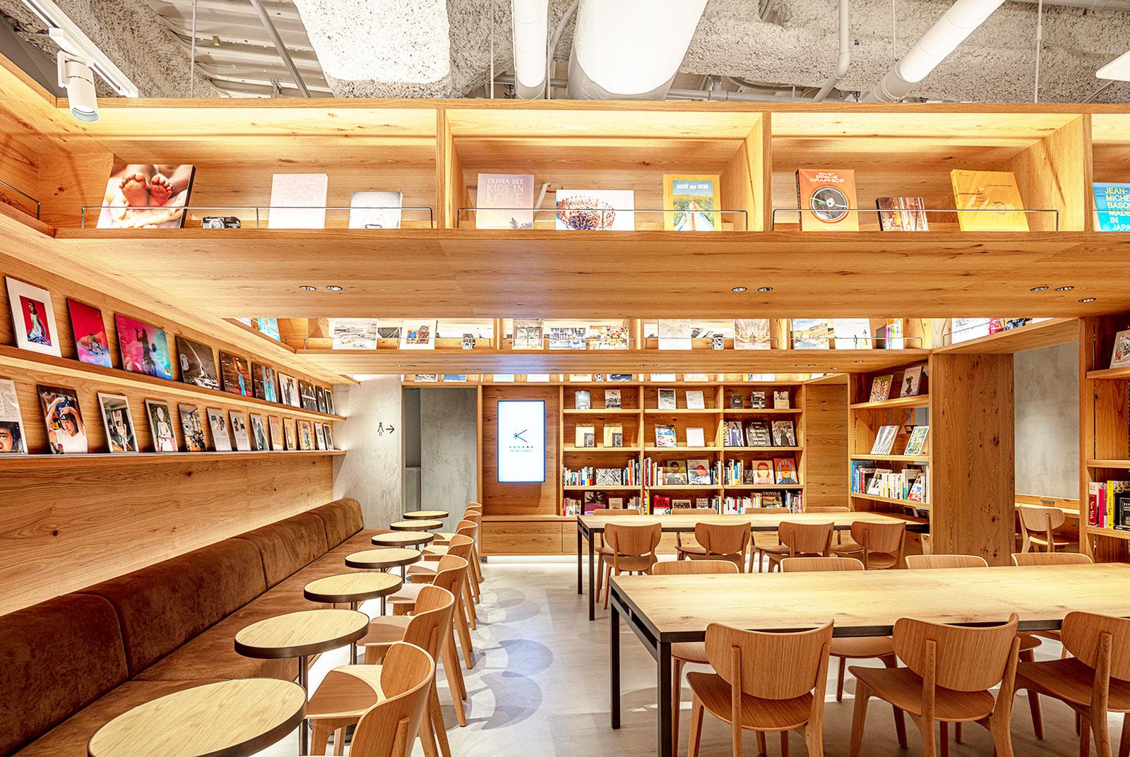 頭上に本棚が広がる。木目を基調としたくつろぎを感じさせる3階のブックラウンジエリア