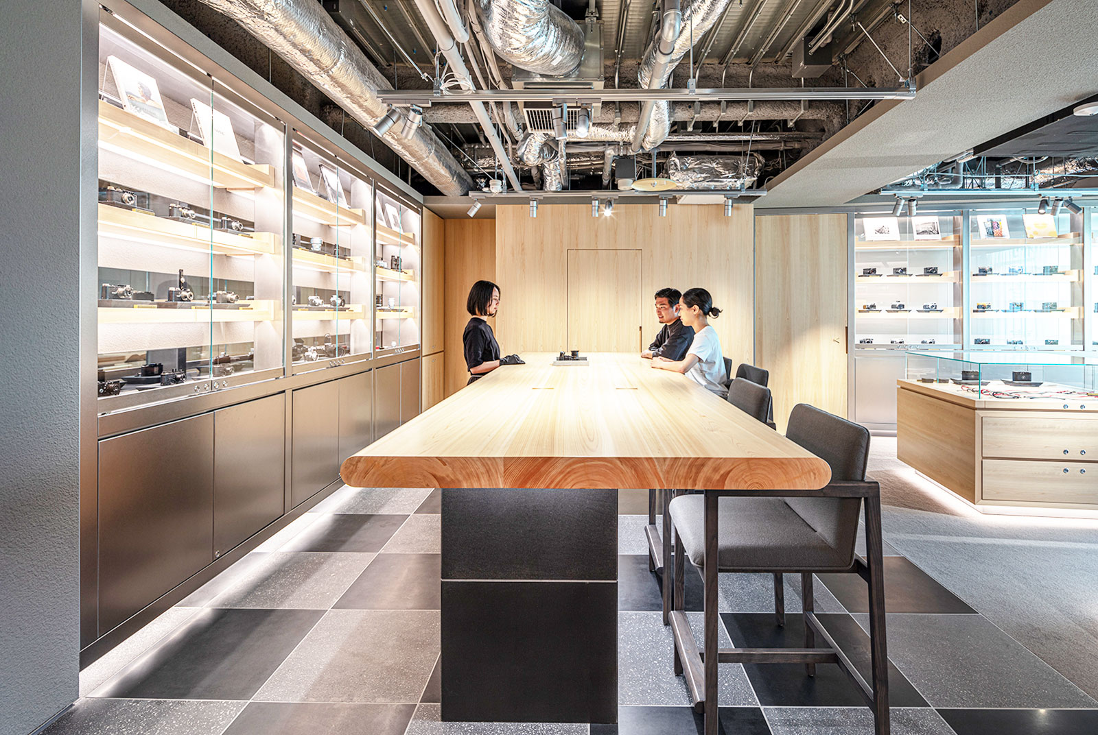 6階ラウンジのカウンターにはヒノキの無垢材を使う。カメラ生産のシェア率も高い日本ならではの技術力、上質感を表現