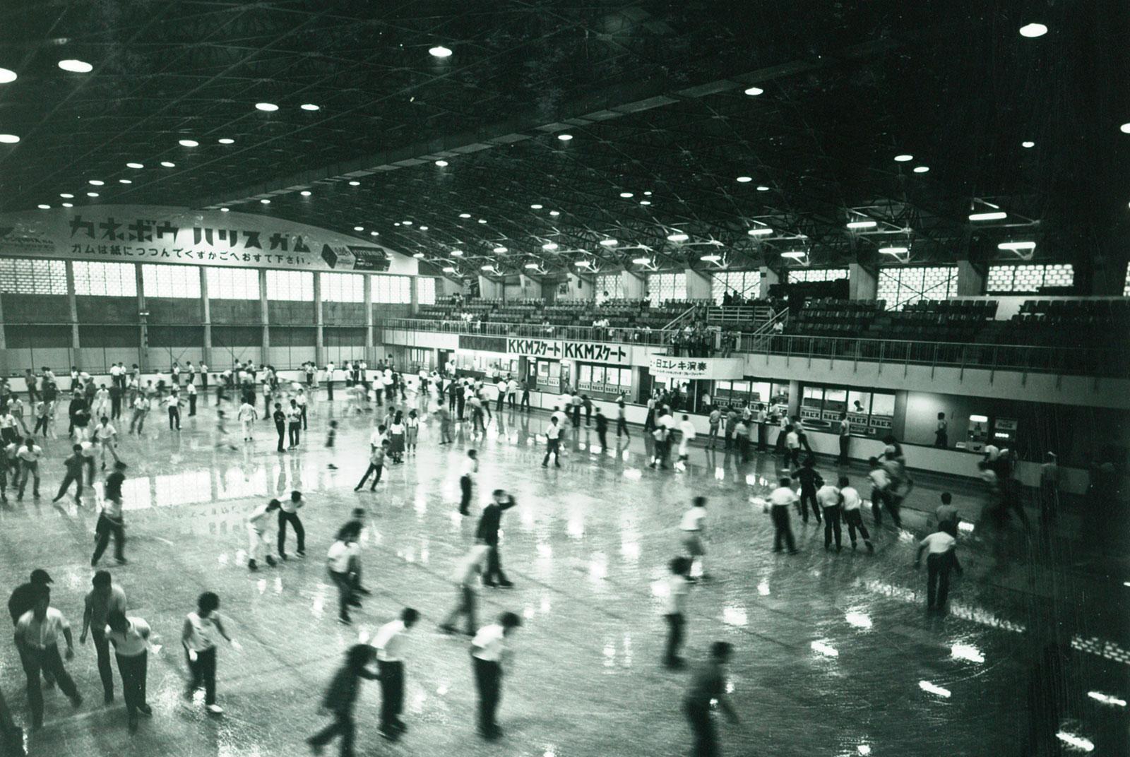 当時、スケートを楽しむ人々の様子 資料提供先・所蔵先 東急レクリエーション