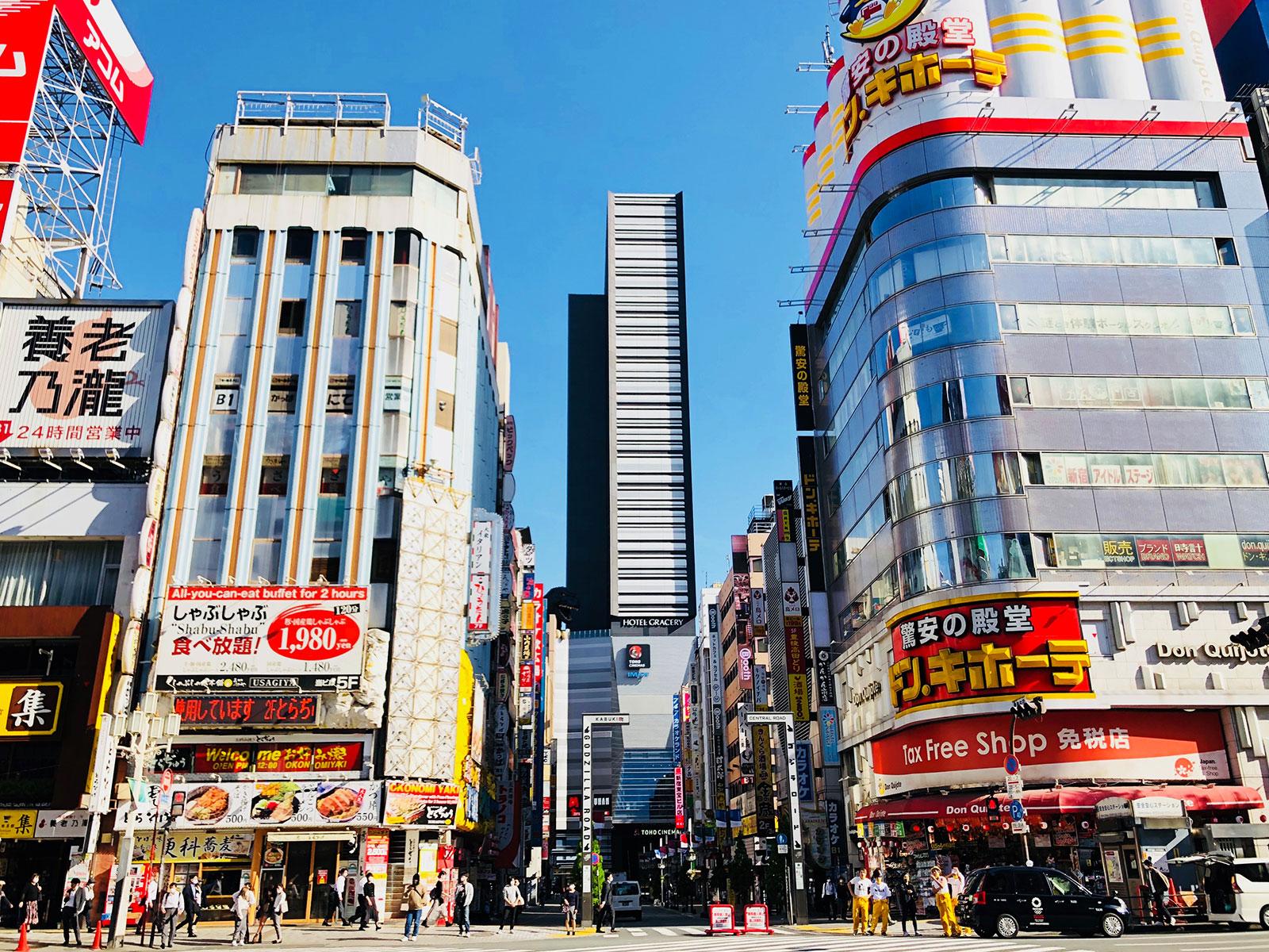 靖国通りから見る「新宿東宝ビル」