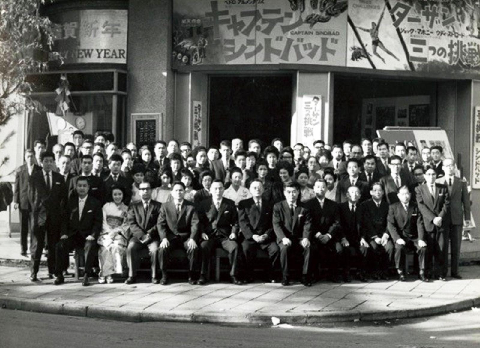 1964(昭和39)年1月、新春の武蔵野館従業員による集合写真(武蔵野興業 所蔵写真)