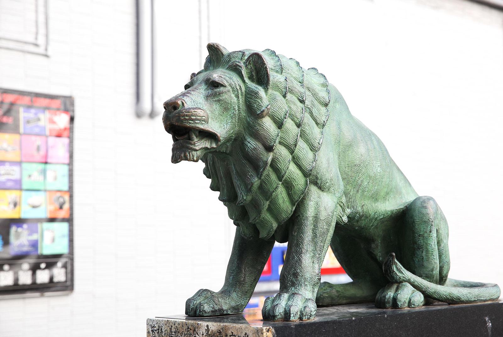 のちに新宿駅東口駅前に、より大型のライオン像が設置され、現在は通称「子ライオン」として親しまれている「歌舞伎町シネシティ広場」のライオン像型募金箱