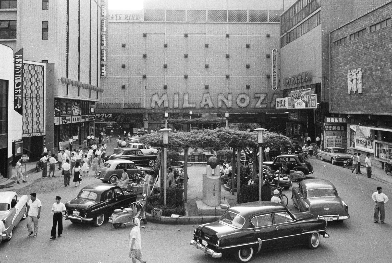 昭和30年代の広場(現「歌舞伎町シネシティ広場」)の様子。手前中央に「歌舞伎町建設記念碑」が見える (資料提供先、所蔵先:「新宿歴史博物館」)