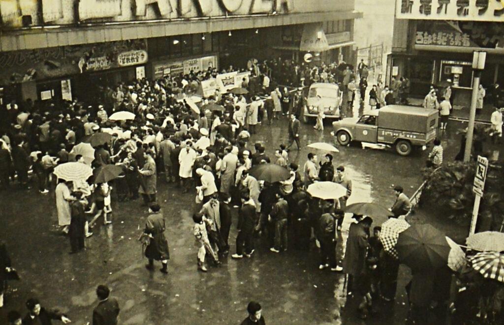 1960年代。新宿東急文化会館 ミラノ座のチケット売り場に並ぶ行列
