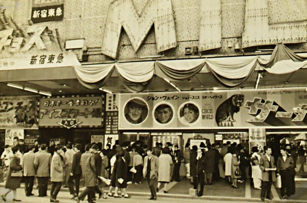 1960年代の新宿東急文化会館。映画館のチケット売り場左には「日本で一番素敵な!アイススケート場」の看板が見える