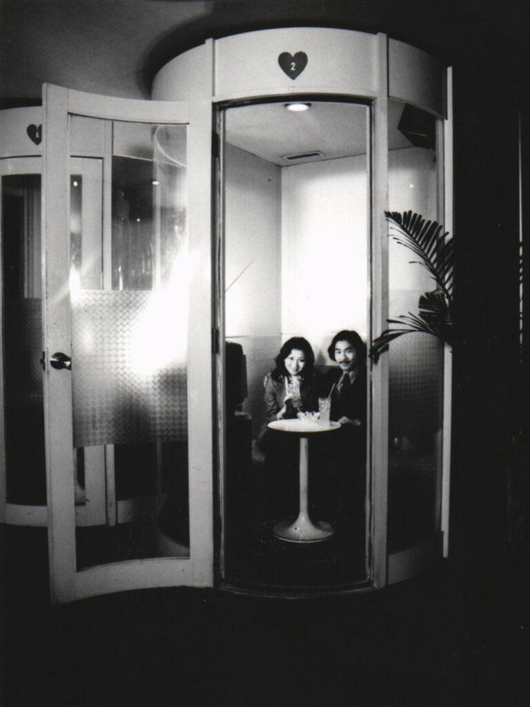 1970年、新館に開業した音楽や会話を楽しむミュージックシティ ポニー・ミラノ。カーステレオ据え置きの透明カプセルで50室設置した