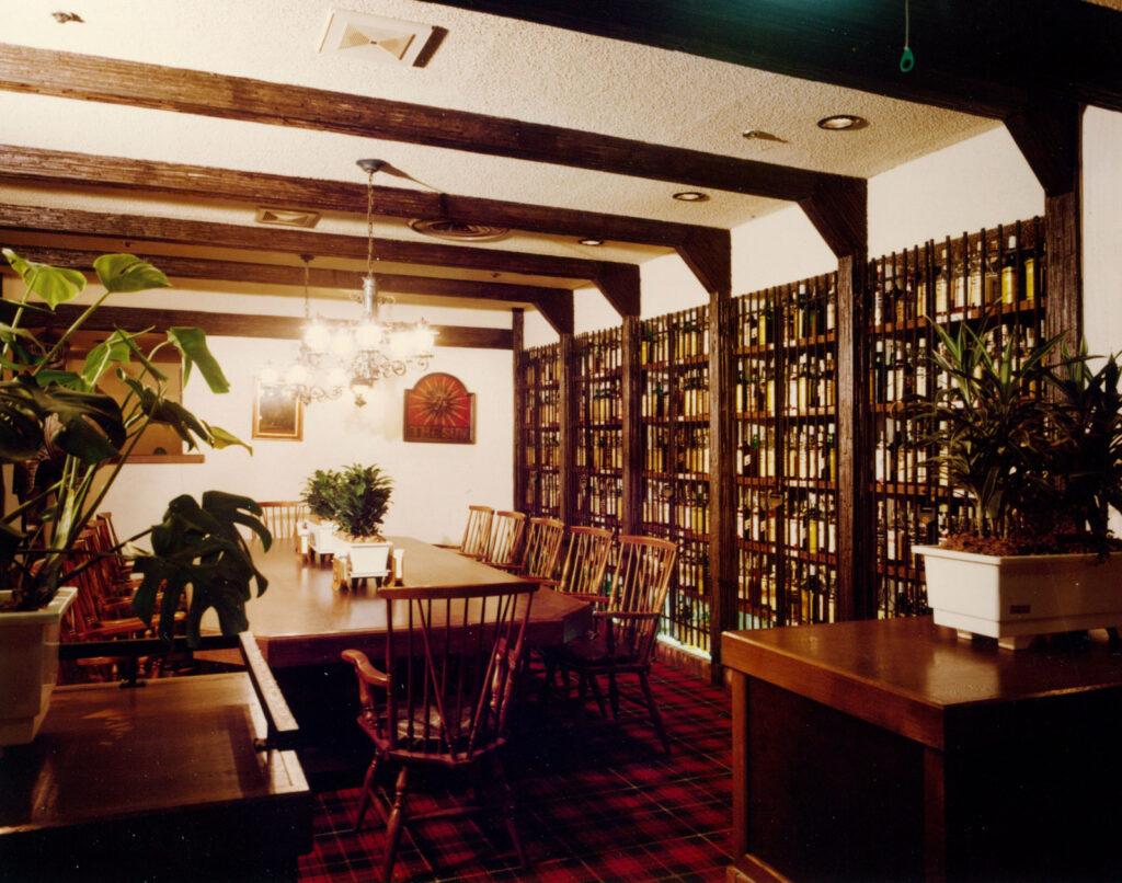 味の街に1976年に開業したバグ・パイプ新宿。英国調の店内には、羊の皮で作った吹奏楽楽器バグパイプやスコッチウイスキーを置き、洗練されたサービスを提供した