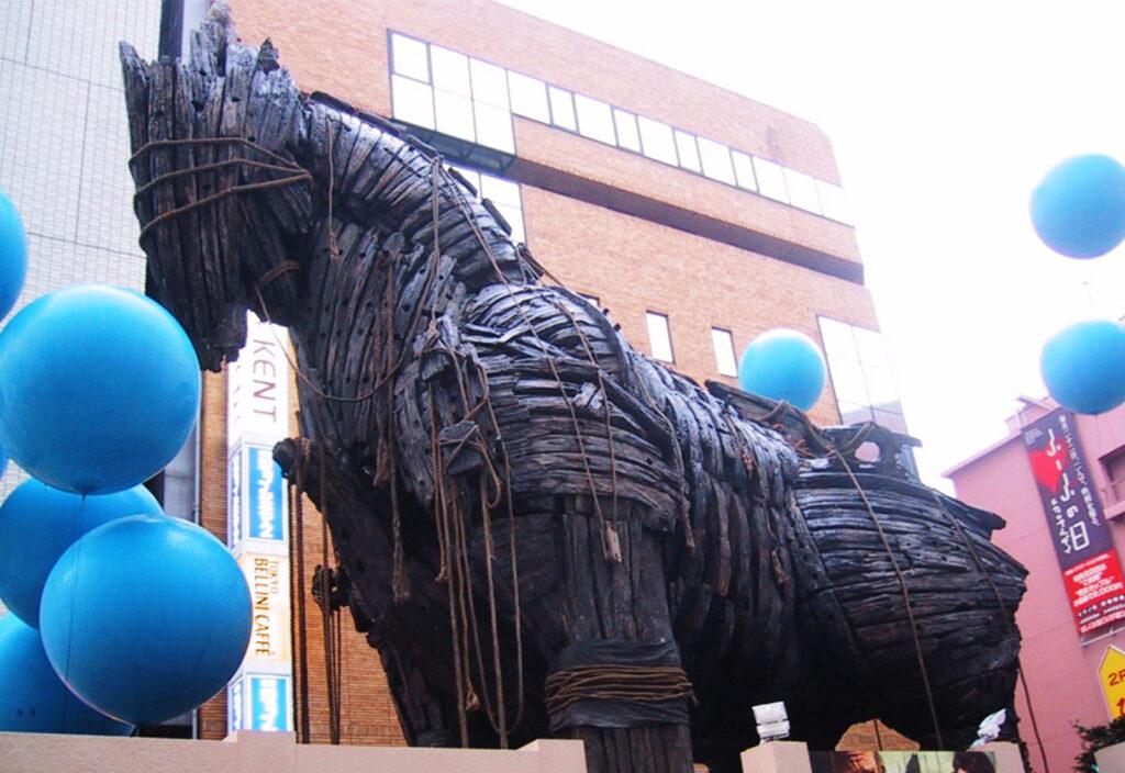 シネシティ広場と連動しさまざまなイベントも行われた。写真は2003年5月「トロイ」公開時に撮影で使用した木馬を海外から運んできて展示した時の様子